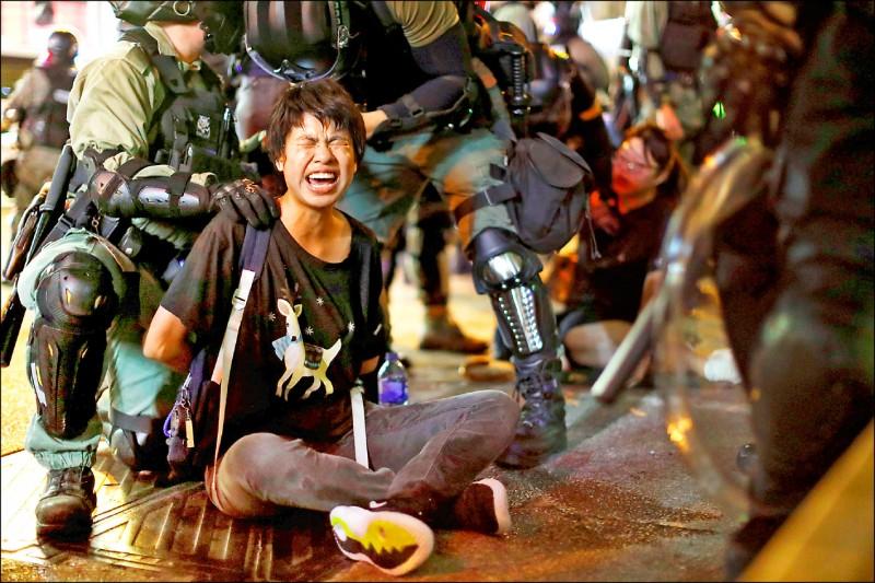 香港民眾七日持續走上街頭,抗議「禁蒙面法」。晚間有大批蒙面示威者在旺角警署外聚集,設置路障阻塞交通,警方則展開驅離行動。(路透)