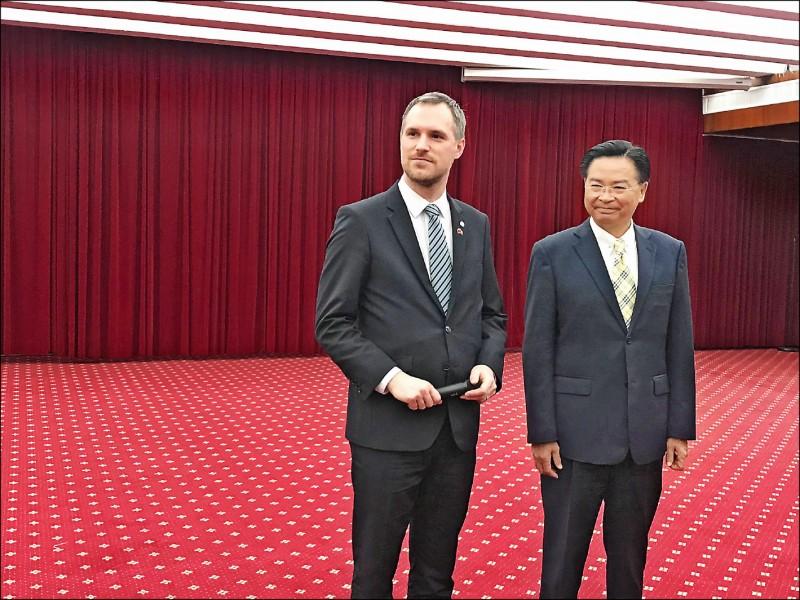 布拉格市長賀瑞普(左)三月曾訪台,與外交部長吳釗燮會面。(資料照)