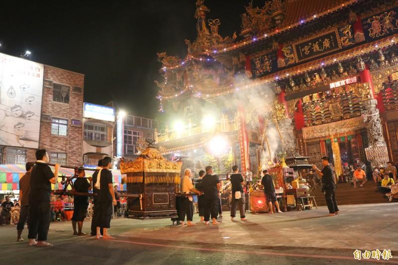 台南永康大灣廣護宮為明年清醮大典舉行觀八抬儀式,屬地方盛事,相當熱鬧。(記者萬于甄攝)