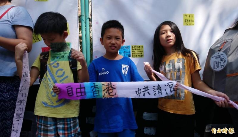 為聲援香港兒童人權,台灣民間團體今日發起「兒童連儂牆撐香港」活動,於台北市濟南路台灣基督長老教會的圍牆上設置長達10公尺「兒童連儂牆」。(記者陳鈺馥攝)