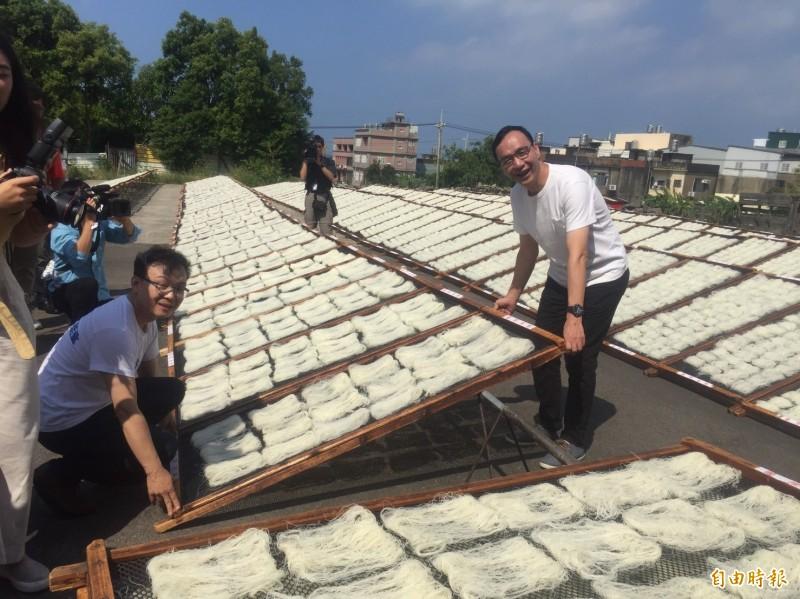 前新北市長朱立倫今天到新竹市體驗製作米粉的過程,強調做米粉很不容易。(記者洪美秀攝)