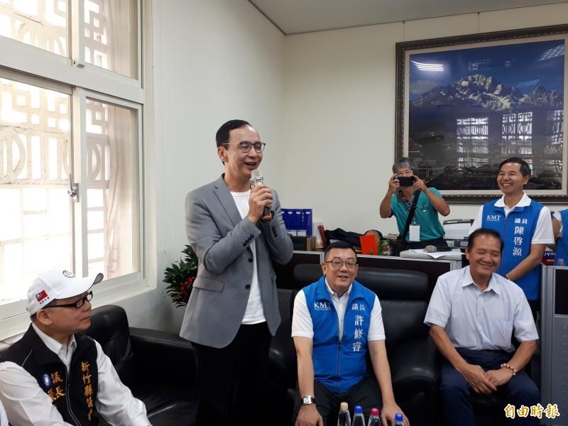 朱立倫今天到新竹市議會對副手問題或訪美情形和擔任副手問題都提出看法,也為黨籍侯選人拉抬選情。(記者洪美秀攝)