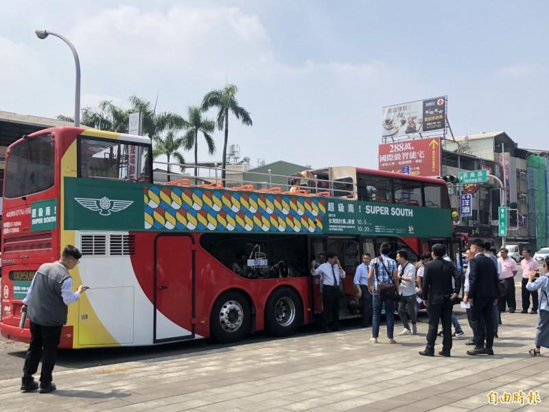 大受歡迎的雙層開頂觀光巴士。(記者羅欣貞攝)