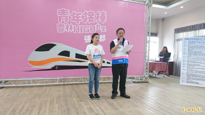 雲林縣議會議長沈宗隆(右)估票大喊「張嘉郡當選」。(記者廖淑玲攝)