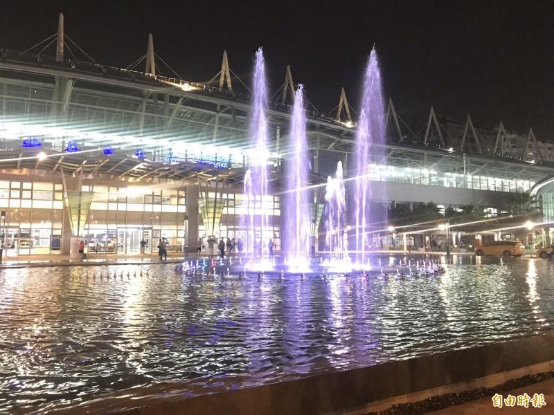 屏東火車站水舞噴水池開始運作,搭配燈光音效漂亮極了。(記者葉永騫攝)