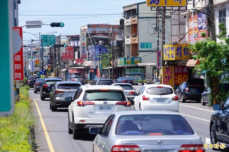 國慶連假人車爆滿,預計上看每日六萬車次通過南屏東瓶頸枋寮鄉。(記者陳彥廷攝)
