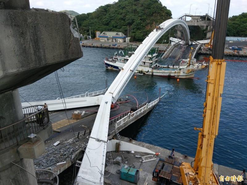 南方澳跨港大橋1日崩塌,明天將展開拆除作業,預計3年內在原址打造新橋。(記者張議晨攝)