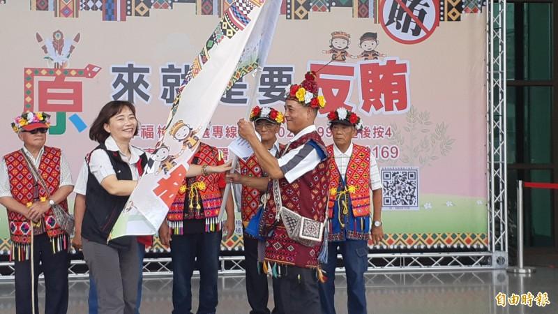 台東地檢署檢察長張曉雯(左)授旗給原住民反賄選。(記者黃明堂攝)