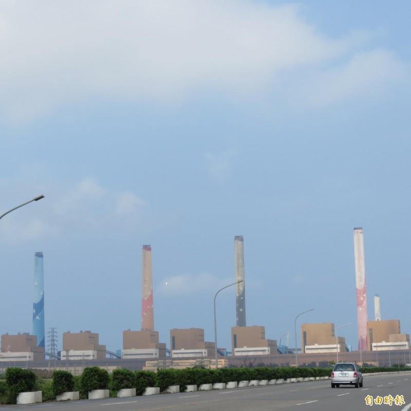 中火降載發電減少,提供給龍井區公所的回饋金也減少。(記者蘇金鳳攝)
