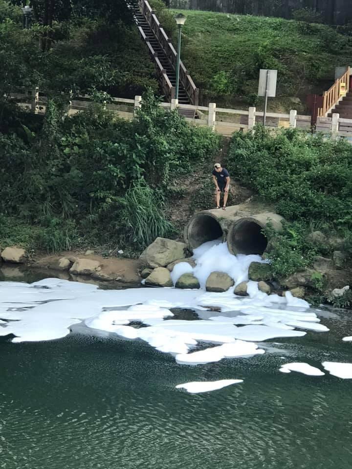 暖暖區西勢溪驚現白色泡沫。(市議員林旻勳提供)