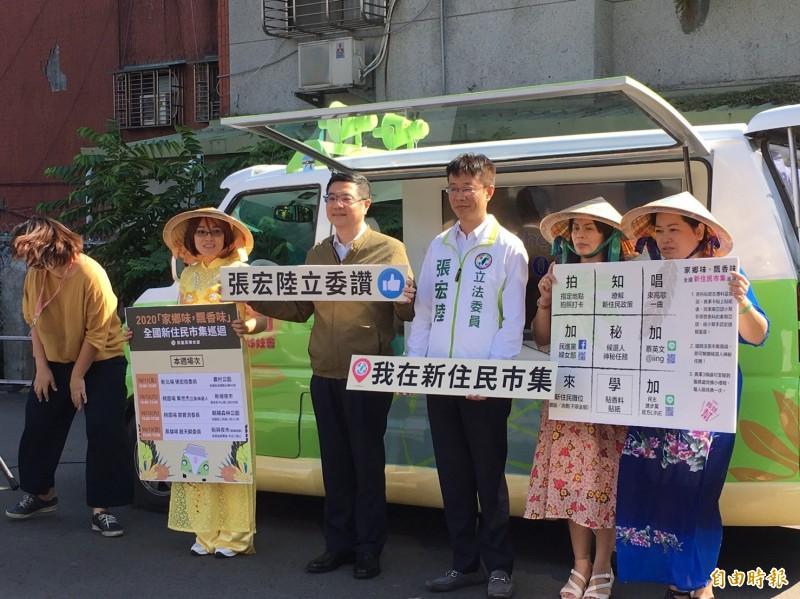 民進黨推出行動胖卡,搶攻新住民選票。(記者楊淳卉攝)