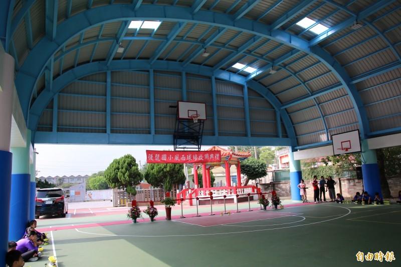 後龍國小風雨球場採半開放式,通風佳,屋頂則有透明採光罩,可用自然光。(記者鄭名翔攝)