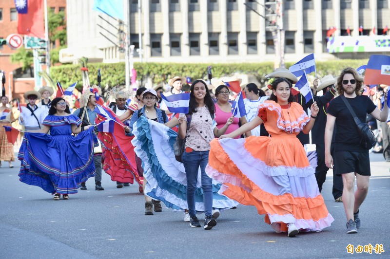今年國慶大會今天下午預演,友邦的祝賀隊伍也參與遊行,圖為中美洲宏都拉斯的表演團隊。(記者塗建榮攝)