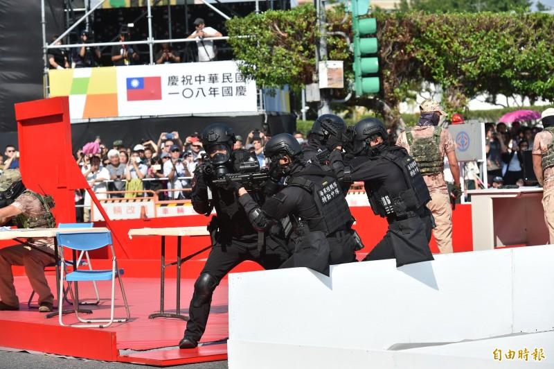 今年國慶大會中有海軍陸戰隊特勤中隊反恐演練。(記者塗建榮攝)