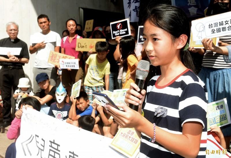 聽聞香港近來發生的事,小六的楊同學勇敢的站出來表示,我們不應該沉默,希望台灣永遠自由不被侵略,讓他們這一代能在這塊土地上安心長大。(記者林正堃攝)