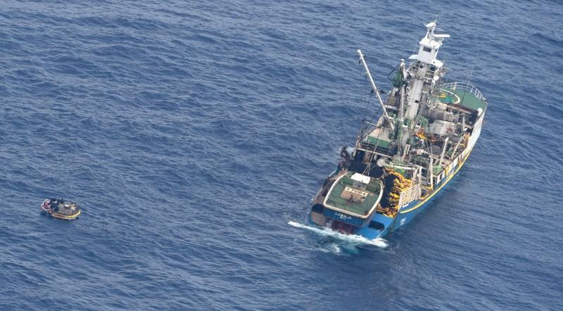 吉里巴斯一艘超載渡輪去年在太平洋沉沒,奪走95條性命,圖為當時搜救畫面。(美聯社)