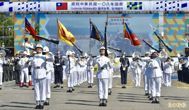 108年國慶大會預演中三軍儀隊表演。(記者塗建榮攝)