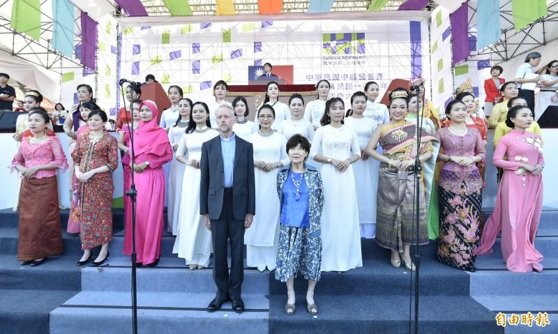 今年國慶大會將由歸化取得我國籍的雷敦龢神父(前排左)和鋼琴家藤田梓(前排右)領唱國歌。(記者塗建榮攝)