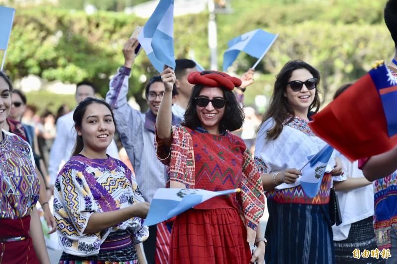 國慶大會預演中友邦瓜地馬拉的遊行隊伍。(記者塗建榮攝)