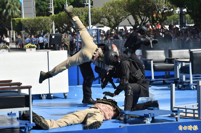 中華民國中樞暨各界慶祝108年國慶大會預演中的反恐演練。(記者塗建榮攝)