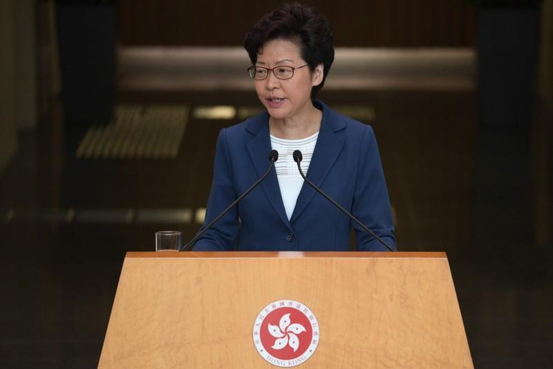 有68%受訪者反對林鄭月娥訂立《禁止蒙面規例》,30%受訪者支持。(法新社)
