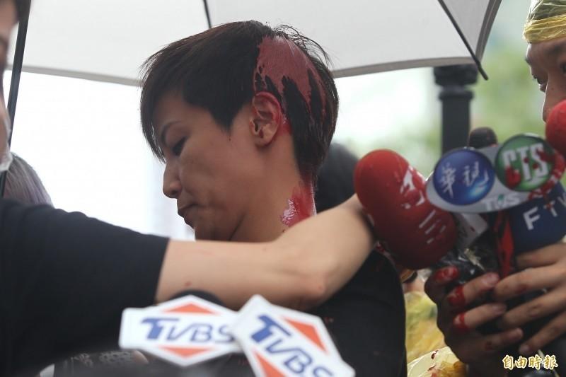 香港藝人何韻詩上月來台參加港台大遊行卻被統促黨潑灑紅漆。(資料照,記者塗建榮攝)