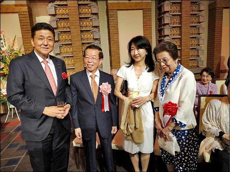駐日代表處昨晚在東京提早舉行國慶酒會,駐日代表謝長廷(左二)與日本首相安倍晉三的胞弟、眾議員岸信夫伉儷(左一、右二)和母親安倍洋子(右一)等人合影。(駐日特派員林翠儀攝)
