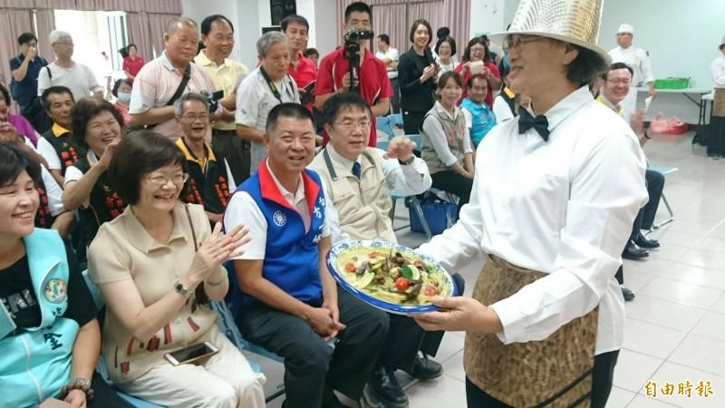 西港社區媽媽為幸福餐桌上菜秀。(記者楊金城攝)
