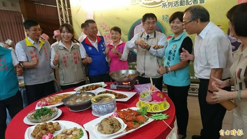 台南市長黃偉哲(右四)為西港胡麻大餐秀廚藝。(記者楊金城攝)