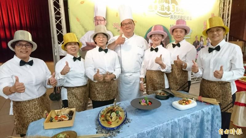 五星級晶英酒店主廚鄭宏安以在地食材入菜,教導在地社區媽媽秀胡麻歐式料理廚藝。(記者楊金城攝)