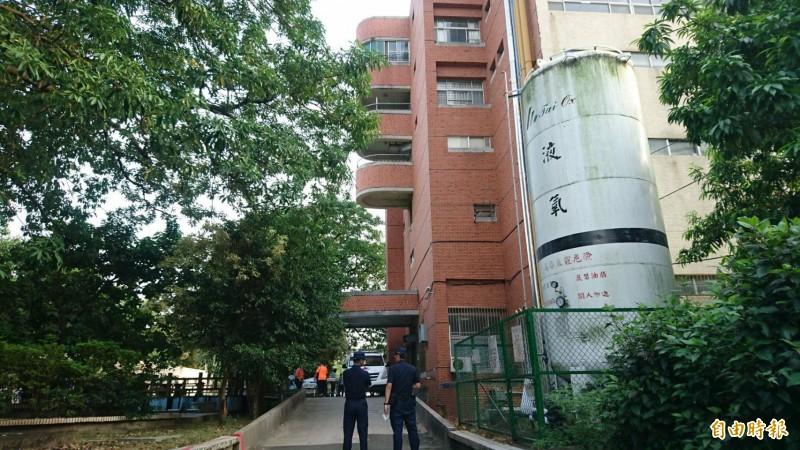 新營醫院下午發生住院病人墜樓死亡的意外,疑從6樓樓梯通道墜落到復健科2樓露台,新營警方派員調查。(記者楊金城攝)