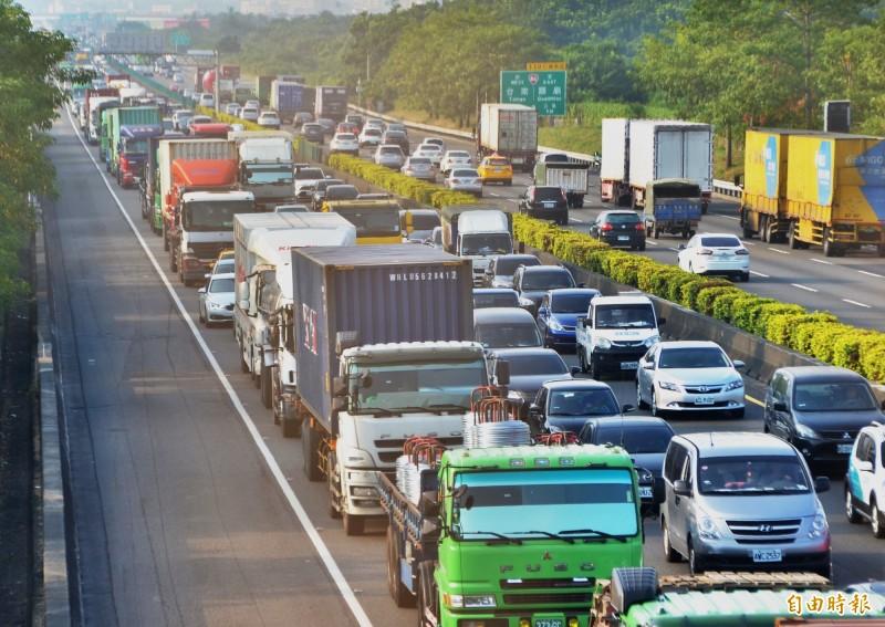 中山高台南仁德、永康路段壅塞,南下車道較為嚴重。(記者吳俊鋒攝)