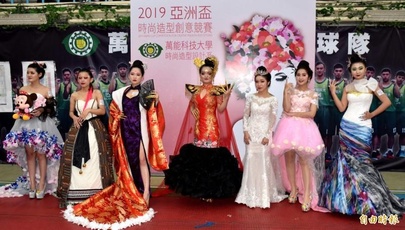 亞洲盃時尚造型創意競賽同台競技、比美,令全場驚豔。(記者李容萍攝)