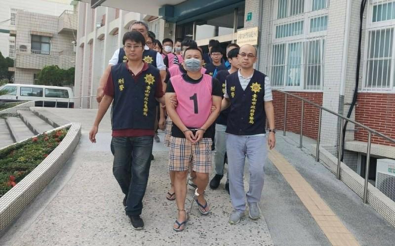 檢警掃黑,麻豆警分局將「陸橋幫」幫眾10人移送法辦。(記者楊金城翻攝)