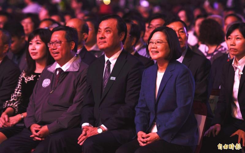 蔡英文、蘇嘉全、鄭文燦出席國慶晚會,欣賞僑胞合唱團的演出。(記者李容萍攝)
