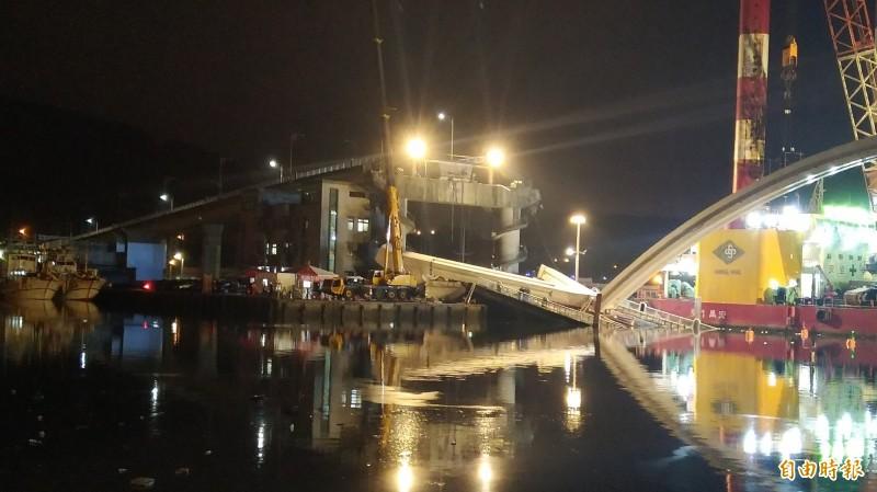 橋拱拆除現場燈火通明。(記者江志雄攝)
