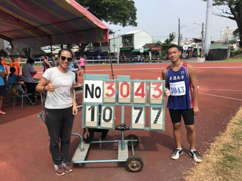 陳炳宏(右)打破大會鉛球紀錄奪金。(記者陳彥廷翻攝)