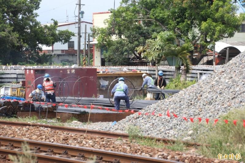 南迴鐵路電氣化工程施工中。(記者陳彥廷攝)