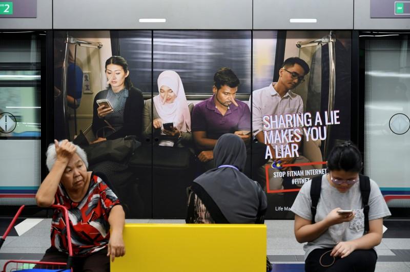 馬來西亞國會下議院9日三讀通過2019年廢除反假新聞法案,將再度提交給上議院尋求過關。圖為大馬勸阻散播假新聞的廣告。(路透)
