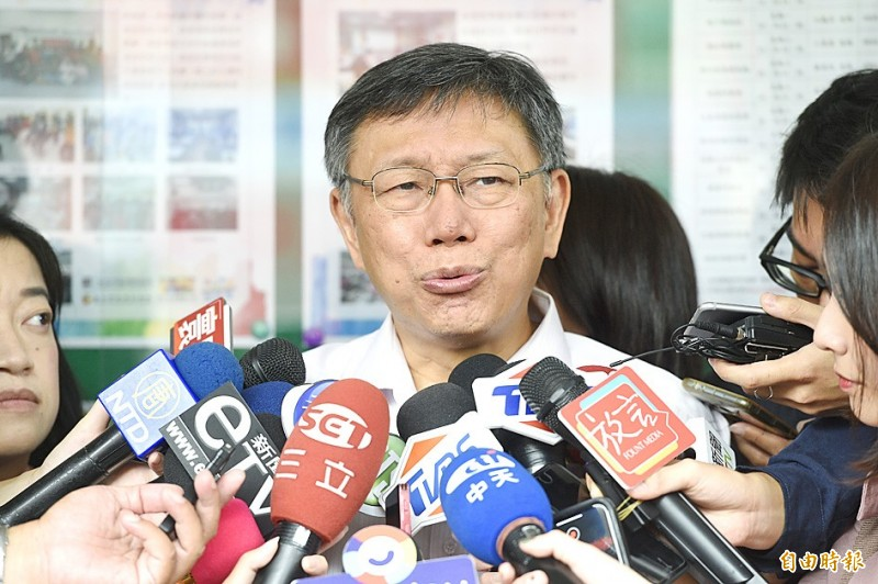Taipei Mayor Ko Wen-je talks to reporters at the opening of a community center in the city yesterday. Photo: George Tsorng, Taipei Times