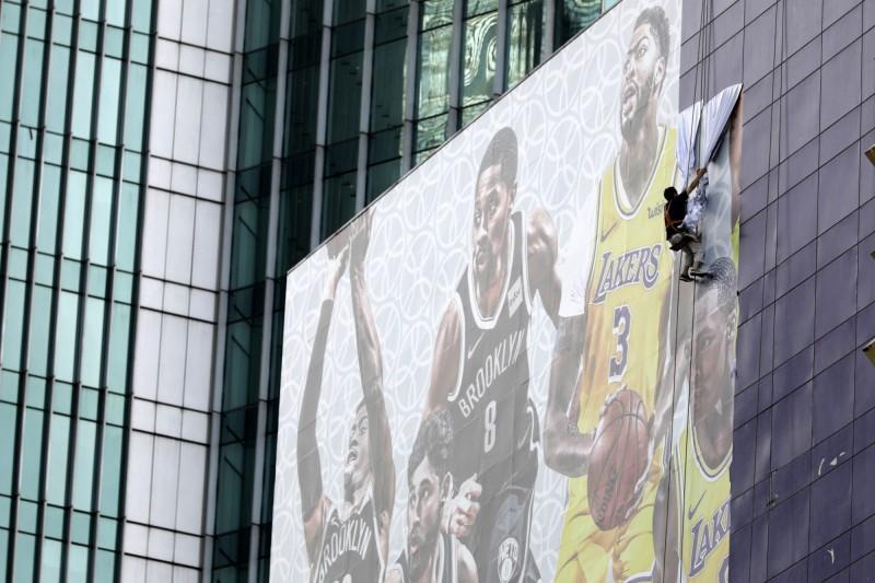 原定今晚在上海東方體育中心舉辦的「2019NBA球迷之夜」取消,湖人與籃網的記者會也延期,會館外大型宣傳也開始拆除。(彭博)