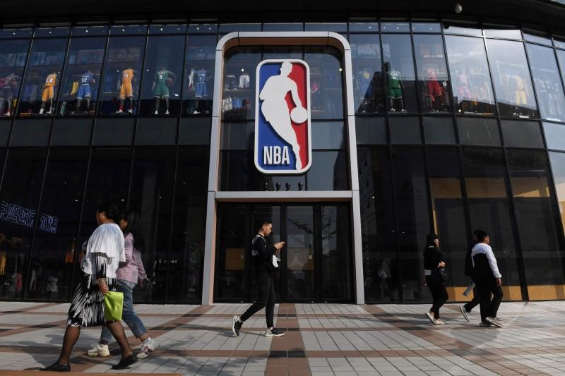 北京NBA旗艦店門可羅雀。(法新社)