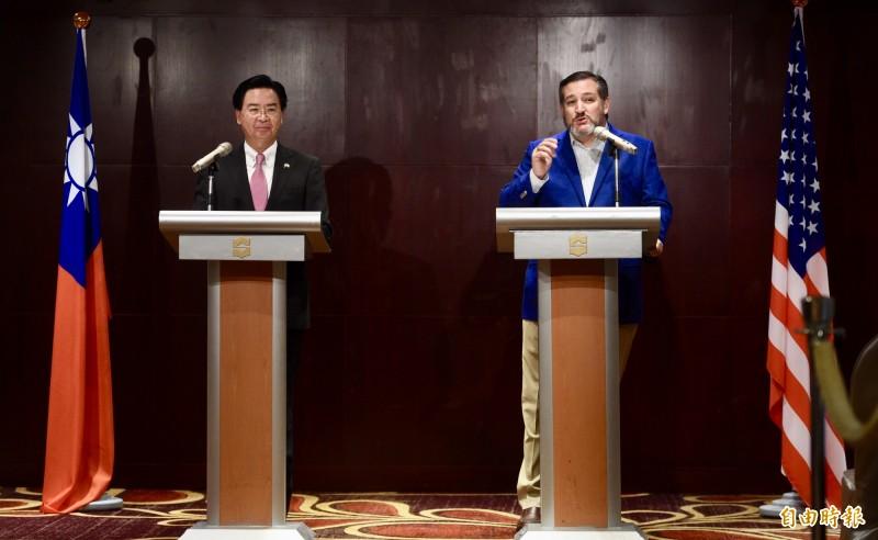 外交部長吳釗燮(左)及美國參議員克魯茲(Ted Cruz)(右)9日出席聯合記者會,針對台美關係等議題對外發言。(記者羅沛德攝)