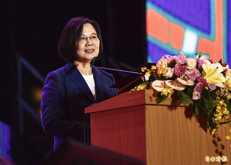 蔡英文總統(見圖)明日國慶談話主題為「堅韌之國,前進世界」,呼籲團結、堅守民主、壯大台灣,也揭示下階段的國家目標是要提振台灣人的國家自信,在自由民主旗幟下的一致團結,將會讓台灣能夠更為強盛,一天比一天更加進步。圖為蔡總統今晚在桃園出席國慶晚會。(記者李容萍攝)