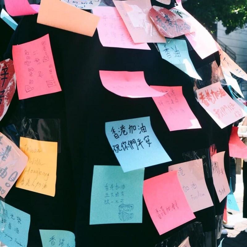 有同學在「連儂人」上貼上「香港加油,祝你們平安」的字條。(照片取自IG@a.no_27,當事人授權使用)