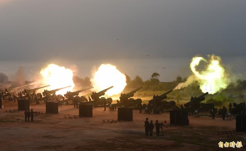 圖為金防部「聯合反登陸作戰」操演,在金門后湖海灘砲陣地震撼登場。(資料照,記者吳正庭攝)