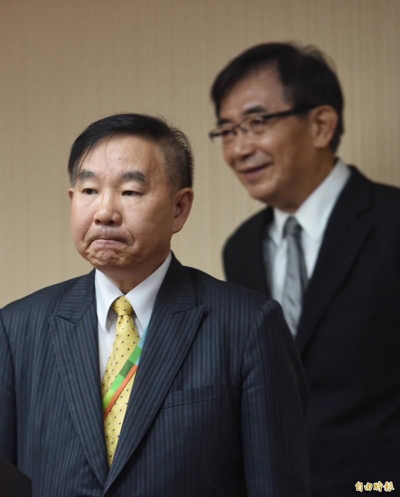 桃機公司董事長王明德(左)立院備詢。(記者劉信德攝)