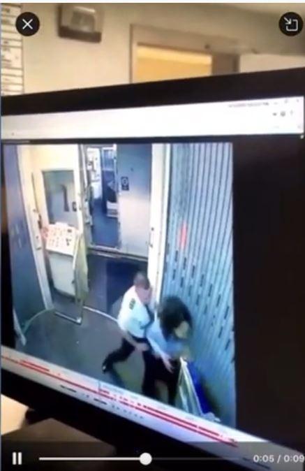 Republic Airways航空公司的男機師與女空服員,竟在機上互相出手痛毆對方。(圖擷自「Horifing Moment Videos」YouTube)