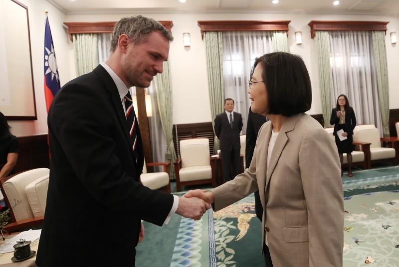 對台灣相當友好的捷克首都布拉格市長賀吉普(Zdeněk Hřib)(圖左),一直希望能就與北京締結姐妹市協定中的「一中條款」進行談判,但卻遲遲得不到回應。因此決定解除與北京姊妹市關係。此舉讓中國大使館氣炸了。(中央社)