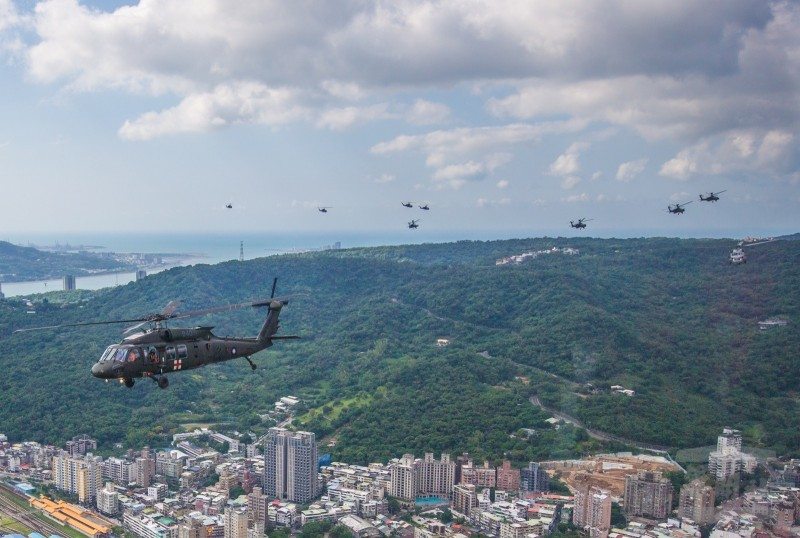 這次負責國慶節目的空中分列式「空中慢速機隊」,包括了UH-60M、S-70C、AH-64E、以及AH-1W等旋翼機隊。(擷取自軍聞社)